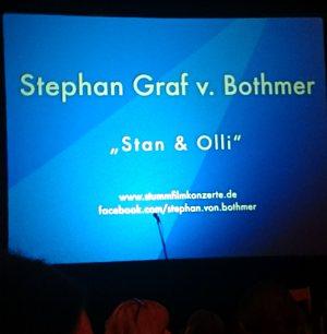 Foto der Ankündigung für das Stummfilmkonzert Stan und Olli